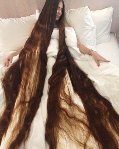 """Aliia Nasyrova'nın kocası Ivan Balaban, karısının uzun saçlarının zarar görmemesi için elinden geleni yapıyor. Özellikle de gece yattıkları zaman neler yaşadığını şöyle anlattı Balaban: """"O uzun saçlara zarar vermemek ve yatakta yer açmak için neredeyse duvara sarılarak yatıyorum."""""""