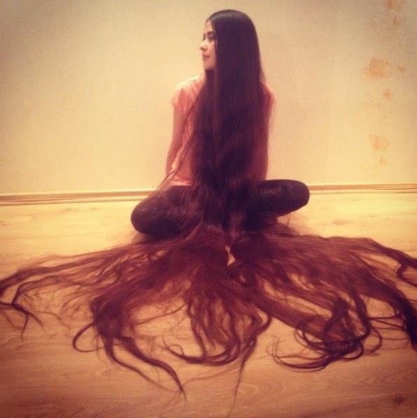 """Aliia Nasyrova bazı insanların kendisine saçlarını kestirip satmasını önerdiğini belirterek """"Ben bunlara hiçbir cevap vermiyorum"""" diyor.  Guinnes Rekorlar Kitabı'na girmek gibi bir düşüncesi olmadığını söyleyen Nasyrova """"Sanırım saçlarının uzunluğu beş metre olan bir kadın zaten bu rekorun sahibi. Ama Litvanya'daki en uzun saçlı kadın olduğumu düşünüyorum"""" diyor."""
