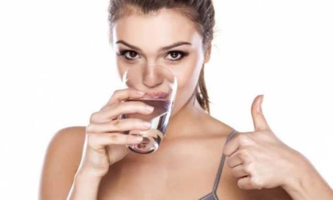 """8.Sıvı Kaybı Ve Elektrolit Dengesizlikleri   Vücutta ishal, yanık, kusma ile kanama gibi nedenlerle su kaybı olduğunda vücutta göreceli olarak tuz miktarı artabiliyor. Bu duruma """"hipernatremi"""" deniyor. Vücutta göreceli olarak tuz miktarının artması, özellikle beyin hücrelerinden sıvı çekerek, beyin hücrelerinin büzüşmesine yol açıyor. Dolasıyla bu tür durumlarda su ihtiyacı hesaplanarak, eksik suyun tamamlanması gerekiyor. Bunun tam tersi de, vücutta suyun tuza göre daha fazla bulunması. Bu duruma da """"hiponatremi"""" deniyor. En çok kalp yetmezliği, böbrek yetmezliği ile karaciğer yetmezliği olan kişilerde görülen hiponatremi de bilinç bozukluklarına ve mizaç değişimlerine yol açabiliyor."""