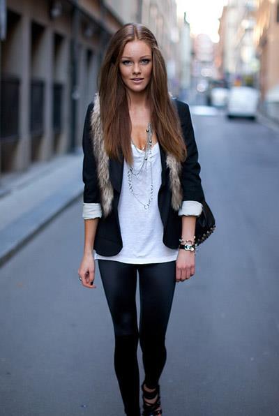 Değişikliği sevenlerden iseniz, uzun bir kolye ve dar kesim blazer ceket ile taytı deneyebilirsiniz.