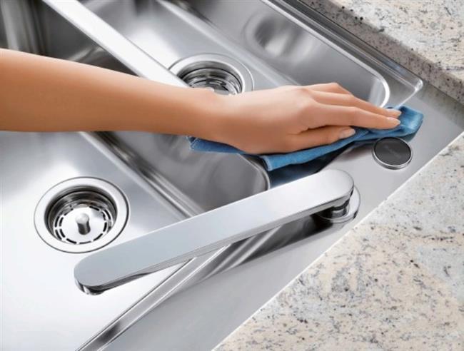 Lavabo Ve Evyeler      Evinizdeki lavabo ve evyelerin kir tutmadığını ve zaten kendi kendini temizlediğini düşünüyorsanız yanılıyorsunuz. Ellerinizi ve bulaşıklarınızı yıkadığınız bu yerlerde sayısız mikrop ürer. Bunun için günlük olarak özellikle de mutfak evyelerinizi dezenfekte etmeniz gerekir.