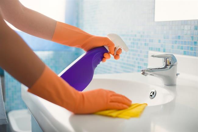 Banyo Fayansları      Banyo fayanslarının temizliği zannedildiği gibi çok zor değildir. Düzenli temizlik yaptığınız zaman daha kolay yapabilirsiniz. Banyo fayanslarını temizlemek için her duştan sonra duşunuzun fayanslarını kuru bir bezle silmeniz yeterli olacaktır. Böylece banyonuzu kuru tutmak oradaki bakterilerin ve küfün üremesini de engeller.