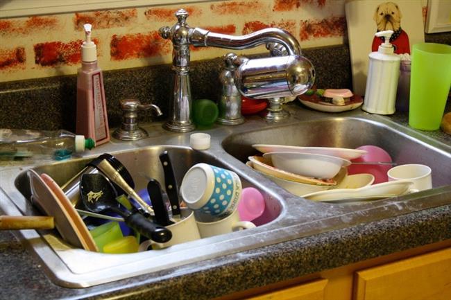 Kirli Bulaşıklar      Çoğu kadının kirli bulaşıklarını yıkamak yerine bir gece boyunca suda bekletmesi aslında daha çok kirlenmesine neden olur. Bulaşıklarınızı bekletmeden günlük olarak yıkamanız en sağlıklı yöntemdir.