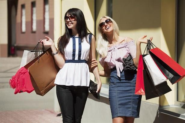 Kadınlar alışverişleri esnasında içlerini rahatlatmak adına küçük pembe yalanlar söyler. Bunlara tatlı pembe moda yalanları da denilebilir.