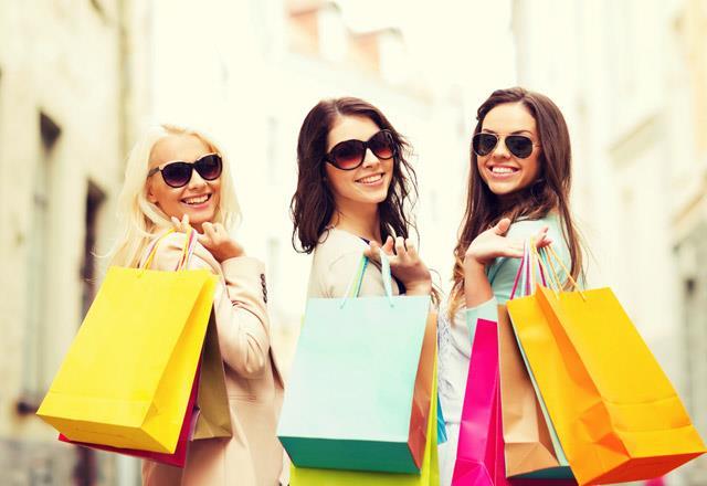 Keyfimiz iyi olduğunda ya da canımız sıkkın olduğunda hiç farketmez, her bayan için alışveriş bir terapidir. Özellikle indirim dönemlerinde yapılan alışverişler kadınlar için biçilmiş bir kaftandır.