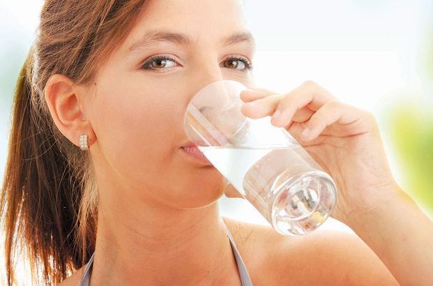Günlük su ihtiyacımız ne kadardır?  Vücut susuz kaldığını susama hissi ile belli eder. Fakat susama hissedildiğinde zaten vücut susuz kalmıştır, dolayısıyla susamayı beklemeden su içmek sağlıklı yaşam için zorunludur. Erişkin, sağlıklı bir insanın günde iki litre (yaklaşık 8 bardak) su içmesi gerekir. İçme suyu vücut için en faydalı sıvı olduğu halde şeker ilave edilmemiş meyve suları, süt, çorba ve bitkisel çaylar da günlük sıvı ihtiyacını karşılayabilir.