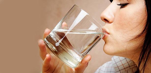 Fazla su içmek zararlı mıdır?  Normal şartlarda sağlıklı bir insanın içtiği makul ölçülerdeki fazla suyun bir zararı olmaz. İhtiyaçtan fazla su içilse bile vücuttaki hayati maddelerinin dışarı atılması söz konusu değildir. Fakat uzun süre aşırı su içildiğinde vücudun su/tuz dengesi bozulur ve ciddi sorunlar meydana gelir. Aşırı su içenlerde vücuttan idrarla atılan su miktarını ayarlayan vazopresin adı verilen hormon da baskılanabildiği için bir hastalık tablosu meydana gelir. Aşırı su alımı ile hücrelerin içinde bulunan tuz dışarı çıkar. Bu durumdan en çok beyin hücreleri etkilenir ve beyinde hasar gelişir.