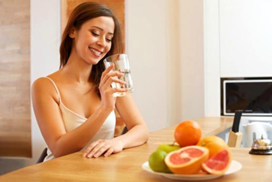 Meyve, sebze ve diğer gıda maddeleri ile de vücudumuza önemli miktarda su girer. Şekerli içecekler su emilimini azalttıkları için suyun yerini tam olarak tutamazlar. Kahve, çay ve alkollü maddeler ise vücuttan su atılımını artırdıkları için susuzluğa sebep olurlar. Çay ve kahvenin bir bardağı ancak yarım bardak suya eşdeğerdir.