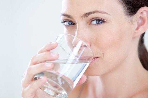 Sıcak günlerde veya yoğun bir egzersizden sonra terleme ile vücudun su kaybı artar. Kaybedilen su ile orantılı olarak günlük içilecek su miktarının üç hatta dört litreye çıkarılması gerekir.  Ortama ve kişiye göre su ihtiyacı değişeceği için susama hissi ve çıkarılan idrarın rengine göre içilecek su miktarı ayarlanmalıdır.