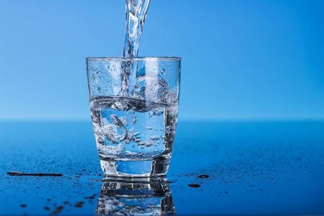 Türkiye'de su sertlik birimi olarak Fransız Sertlik derecesi (FSD) kullanılır. Buna göre, 1 litre suda 10 miligram kalsiyum karbonatın oluşturduğu sertlik derecesi 1 olarak tanımlanır.  Sertlik derecelerine göre sular genellikle şöyle gruplandırılır: • 1-14 FSD olan sular yumuşak sular, • 15-28 FSD olan sular orta derecede sert sular, • 29 + FSD olan sular sert sulardır. Genelde memba (kaynak) suları yumuşak sulardır (1-14 FSD) . Bunların tadı ve içimi iyidir.