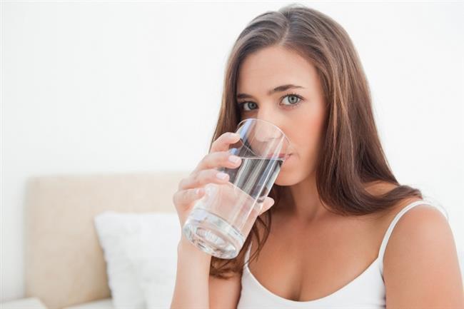 Zayıflama diyeti uygulayanların bolca su içmesi hem yağların ve diğer metabolizma atıklarının vücuttan uzaklaşmasını sağlar, hem de tokluk hissi yaratır.  Bazen susuzluk hissini açlık hissiyle karıştırabiliriz ve aslında su içerek bastırılabilecek bir hisle gereksiz yere yemek yeriz. Gün boyu sık sık su yudumlamak bu gibi algılama yanılgılarını önler.