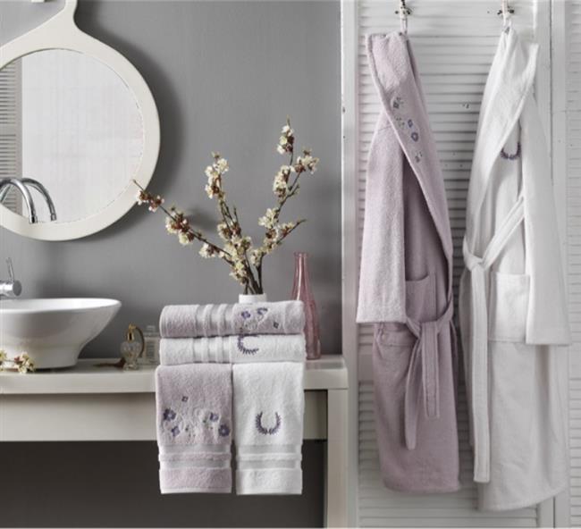 Havlular :    Tuvalet kağıtları ve havluları banyodaki dolabınızda saklıyorsanız bir derece ama buradaki gibi açık dolaplarda duruyorsa acilen başka bir yere kaldırın deriz.