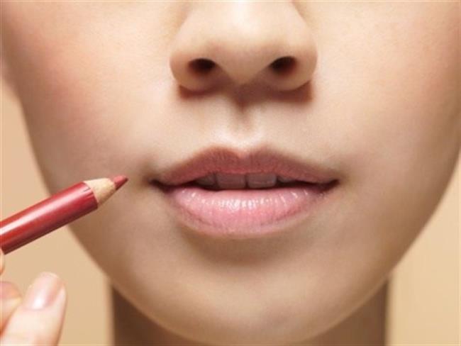 Köşeleri Yumuşatın   Rujun dikkatli uygulanması çok önemlidir. Rujunuzu uyguladıktan sonra dudaklarınızın köşelerinden biriken fazlalıkları almayı unutmayın.