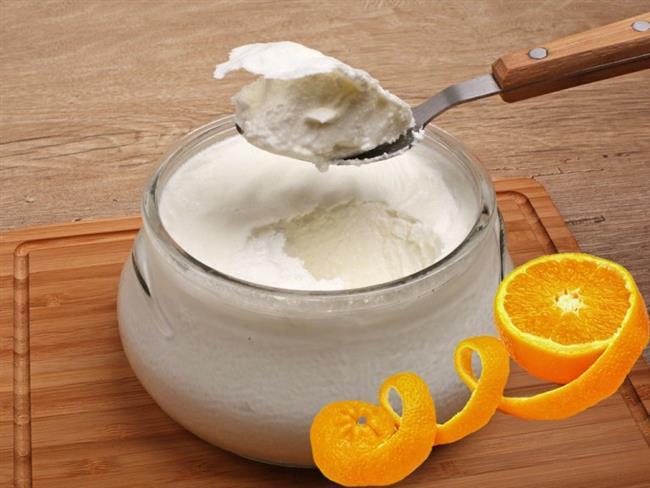 Kurutulmuş Portakal Kabuğu Ve Yoğurt   Kurutulmuş portakal kabuğu ve yoğurt ile evde maske yapmak çok kolaydır. Yalnızca yapmanız gereken portakal kabuklarını güneşte kurutun. Kurutulmuş portakal kabuklarını rendeleyip, yoğurtla karıştırıp hamur haline getirin, biraz su ekleyebilirsiniz. Bu karışımı yüzünüze sürüp, 20 dakika bekleyip, ardından soğuk su ile durulayın. Bu uygulama, yüzünüzdeki lekelerin rengini açacak ve teninizi beyazlaştıracaktır.