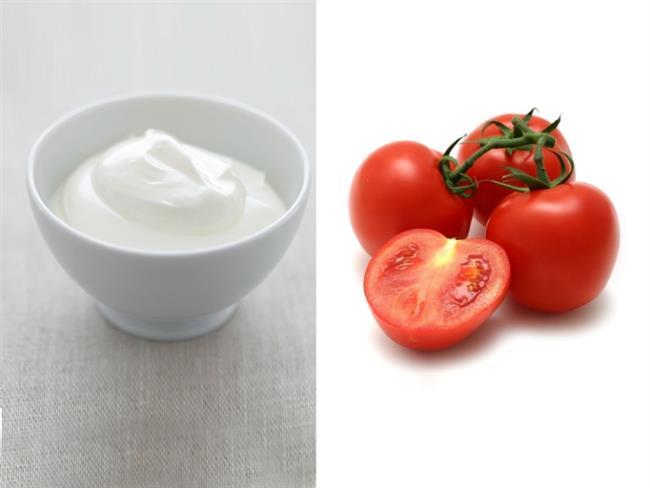Yulaf Ezmesi, Yoğurt Ve Domates Maskesi   Yulaf ezmesi, domates suyu ve yoğurttan birer tatlı kaşığı alıp bir kaseye koyun. Bu karışımı hamur hale getirin.   Yüzünüze uygulayıp 20-30 dakika bekleyip, normal suyla durulayın. Domates suyu sıkılaştırıcı ve cilt rengini açıcı olarak yüzyıllardır kullanılan bir maddedir. Yulaf ezmesi cildinize peeling yapar.  Yoğurt hem cilt lekelerini açmakta, hem de yüzünüze beyaz aydınlık bir görüntü kazandırmakta etkilidir. Bu yöntem cilt renginizi açmakla kalmayacak, cildiniz üzerinde birikmiş ölü hücrelerden de sizi kurtaracak.  Kaynak fotoğraflar: Pinterest, pexels