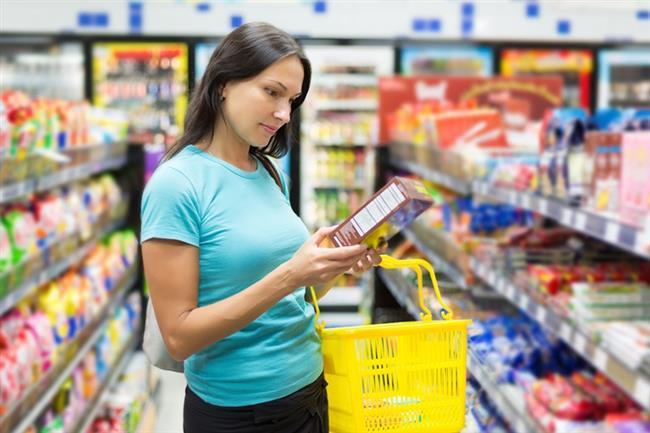 Son yıllarda hazır gıdaların içerikleri ile ilgili bilinç düzeyi giderek yükseliyor. Artık pek çok kişi, yediği besinin neler içerdiğini bilmek, buna göre sağlıklı ve dengeli beslenmek istiyor. Ancak bu hazır gıdaların içeriğinde neler olduğunu öğrenmek pek çok kişi için yabancı dil öğrenmek gibi.  Acıbadem Üniversitesi Atakent Hastanesi Diyetisyeni Alev Erkan, bilinçli bir gıda tüketicisi olmak için besin etiketlerini doğru okumanın tüyolarını veriyor...