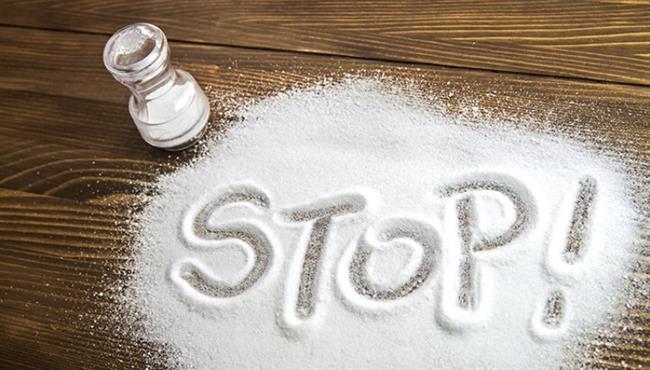 Kolesterol: Kalp-damar sağlığı için ürünlerdeki kolesterol miktarının da minimum düzeyde olması gerekiyor. Bunun için paketinde 20 mg'dan daha az kolesterol içeren gıdaları tercih etmek önem taşıyor.  Tuz:Paketli gıdaların 100 gramında 1,25 gramdan fazla tuz içermemesi gerekiyor. Fazla tuz alımı; yüksek tansiyon, kalp hastalıkları, felç, mide-bağırsak hastalıkları, kanser gibi kronik hastalıklara neden olabiliyor.