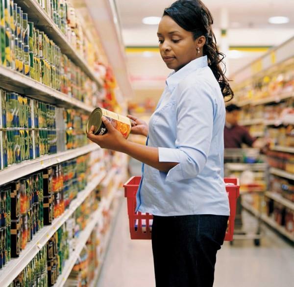 Sodyum (Na): Tuzun bir bileşeni olan sodyum, başta hipertansiyon olmak üzere damar ve böbrek sağlığı üzerinde olumsuz etkiler bırakıyor. Özellikle fazla tuz içeren kraker, tuzlu bisküviler, salça, zeytin, fazla tuz eklenmiş ekmekler, turşu, konserveler gibi salamura gıdalar fazla sodyum içeriyor. Tuz tüketiminde günlük olarak 5 gramı (1 tepeleme çay kaşığı) geçmemek gerekiyor. Bu nedenle paketli gıdalarda 100 kalori başına 120 mg'dan fazla sodyum içeren ürünlerin tüketilmemesi önem taşıyor. Bunun yanı sıra MSG diye geçen Monosodyumglutamat içerikli ürünlerin de gebe, emzikli, çocuk ve yüksek tansiyon, kalp hastalıkları, felç, mide-bağırsak hastalıkları, böbrek hastalıkları ve kanser gibi kronik sağlık sorunları olan kişilerin tercih etmemesi gerekiyor.