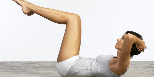 Bacakları mideye çekme hareketidir. Kalçanızı da bir miktar havaya kaldırmalısınız.  Bu hareketi 3×10 şeklinde yapmanız basenlerinizin ve karın bölgenizin sıkılaşması için oldukça yararlı olacaktır. (3×10 ne demek? Açıklayalım 3 set 10 tekrar demek. 10 kere dizlerinizi midenize çekip bırakınca 1 seti tamamlamış olursunuz. Ardından 20-30 saniye dinlenin ve 2. seti yapın)