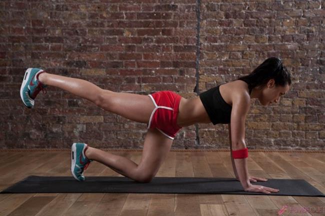 Arka bacağı esneterek kalçamızı basenimizi ve karnımızı sıkılaştırma konusunda çok başarılı bir harekettir. Bunu da günde 3×10 şeklinde yapabilirsiniz.
