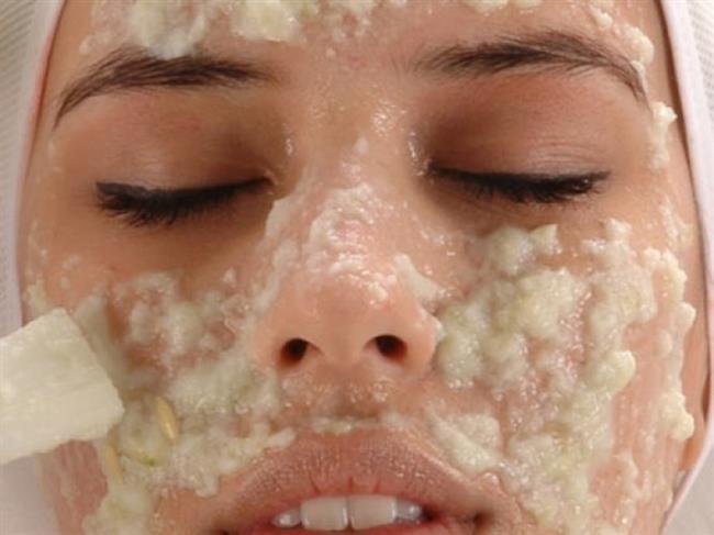 Muz, Süt ve Yulaf Peelingi:Bu peeling için ihtiyacınız olan malzemeler 1 adet olgun muz, 1 yemek kaşığı süt ve 2 yemek kaşığı yulaf. Bir kabın içerisinde muzu ezin ve üzerine sütü ilave edin. Ardından yulafı da ekleyip macun kıvamına getirin. Bu karışımı yüzünüze ve boynunuza eşit miktarda uygulayın. Ölü deriden kurtulmak için 3-4 dakika boyunca nazikçe masaj yapın. Ardından ılık suyla iyice durulayın.