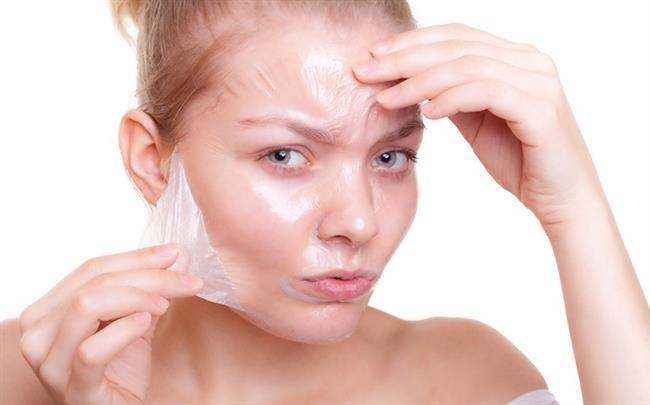 Hepimizin hayali güzel, parlak ve pürüzsüz bir cilde sahip olmaktır. Bu hayalimizi gerçekleştirebilmek için de çeşitli ürünler kullanır, cilt bakımlarına gider ya da evde hazırladığımız maskeleri uygularız. Peeling de cilt bakım sürecinde kullanılan yöntemlerden birisidir.