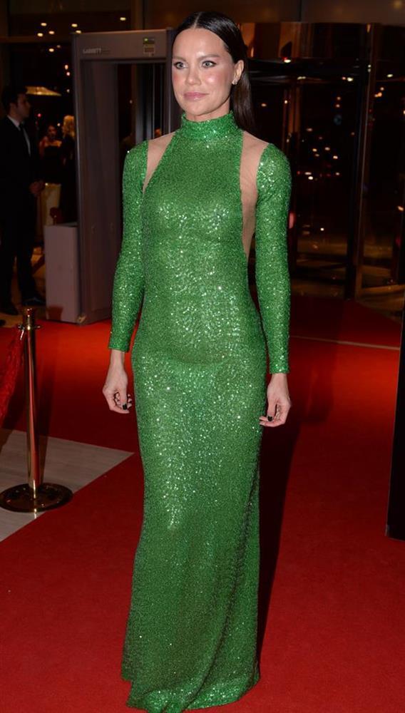 Ebru Şallı gecede derin sırt dekolteli yeşil bir elbise giydi.