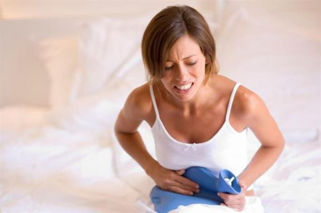 """1. Şiddetli ağrı  Endometriozisin yol açtığı önemli problemlerden biri, cinsel ilişki sırasında veya günlük işleri yaparken kasık bölgesinde yaşam kalitesini bozacak şiddette ağrıya yol açması. Öyle ki endometriozis hastalarının yüzde 60-70'inde kronik bir hal alan ağrı gelişiyor. Endometriozise bağlı ağrı bağırsaklarda, idrar torbasında, belde veya bacaklara vuran kronik ağrılar şeklinde gelişebiliyor. Kadın Hastalıkları ve Doğum Uzmanı Prof. Dr. Hüsnü Görgen ayrıca şiddetli adet ağrılarının da olağan bir durum olmadığına dikkat çekerek, """" Özellikle daha önce ağrısız adet gören bir kadında sonradan adet ağrılarının oluşması bu hastalığı düşündürüyor. Aynı zamanda genç kızlarda ağrı kesicilere yanıt vermeyen şiddetli adet ağrıları geliştiğinde, altta yatan neden endometriozis olabileceği için hekim başvurmak gerekiyor"""" diyor.     <a href= http://mahmure.hurriyet.com.tr/foto/saglik/bas-agrisini-iyi-gelicek-13-dogal-yontem_39904  style=""""color:red; font:bold 11pt arial; text-decoration:none;""""  target=""""_blank""""> Baş Ağrısına İyi Gelen 13 Doğal Yöntem İçin Tıklayınız!"""