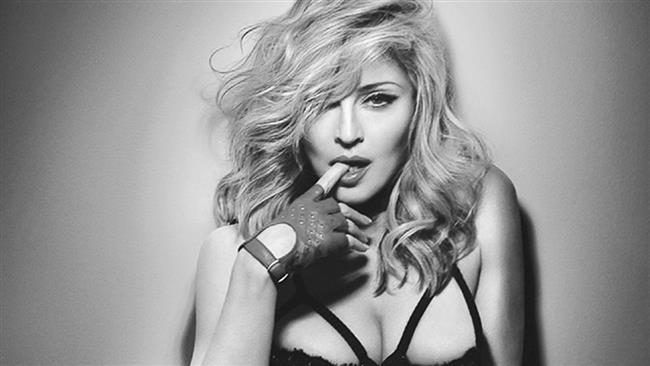 Madonna  Bir kameramanın, elinde Madonna ve ünlü beyzbol oyuncusu Alex Rodriguez'in sevişme görüntülerinin yer aldığı bir seks kaseti olduğunu iddia etmesiyle dünyaca ünlü yıldız Madona'nın da seks kasedi ortaya çıkmıştı. Bir evde ikili koltukta sevişirken gizli kamera ile çekilen görüntüleri 2.05 milyon dolara satmaya çalışan kameraman, Madonna'nın avukatlarının da bu kasetten haberdar olduğunu söylemişti.Öte yandan Madonna, o dönemdeki eşi Guy Ritchie'yi asla aldatmadığını ve Rodriguez'le aralarında hiçbir ilişki olmadığını söylemişti.
