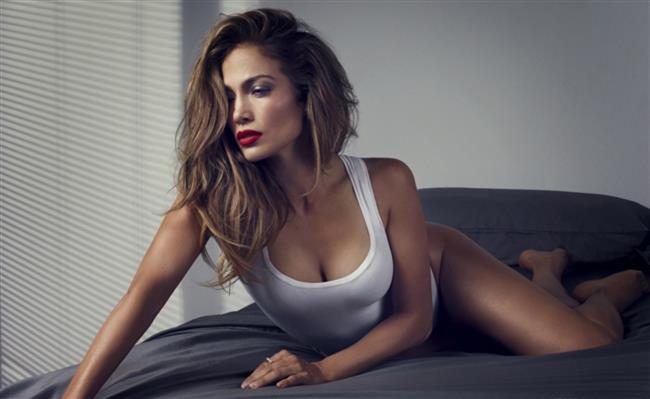 """Jennifer Lopez  Jennifer Lopez'in eski kocası Ojani Nua balayında çekilen ve 11 saat süren yatakodası görüntülerini yayınlamıştı. 1997 yılında evlenen ve yalaşık 1 yıl süren ilişkileri sırasında Ojani Jua'nın çektiği Lopez ile yatak oyunlarını ortaya çıkarması ve pazarlamaya kalkışması üzerine süratle harekete geçen Lopez'in hukuk danışmanları ise Los Angeles mahkemesinin son süratle yayın ve dağıtım yasağı koymasını sağladı. Ojani Jua daha önce de Jennifer ile yatak odası sırlarını anlatan bir kitap yayınlamak istemiş yine mahkemenin engeline takılmıştı..  <a href=  http://mahmure.hurriyet.com.tr/foto/magazin/unlulerin-en-gizli-itiraflari_40228 style=""""color:red; font:bold 11pt arial; text-decoration:none;""""  target=""""_blank"""">  Ünlülerin En Gizli İtirafları"""