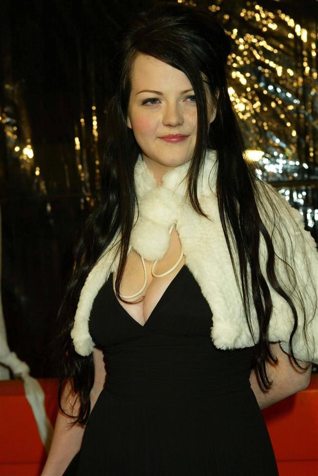Meg White  The White Stripes grubunun sevimli üyesi Meg White, ortaya çıkan seks kaseti görüntüleriyle şoka uğramış, önce inkar etmiş, sonra da görüntüleri kendisinden habersiz, erkek arkadaşının çektiğini söylemişti.Bu olay sonrasında grup, turnesini iptal etmek zorunda kalmıştı.
