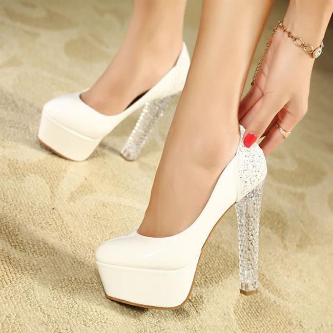 7. Masal gibi geceye masallardaki gibi bir ayakkabı... Eğer o gece prensesler gibi süzülmek ve herkesten farklı bir tercih yapmak istiyorsanız topuklu şeffaf ayakkabılar tüm gecenize eşlik edebilir...