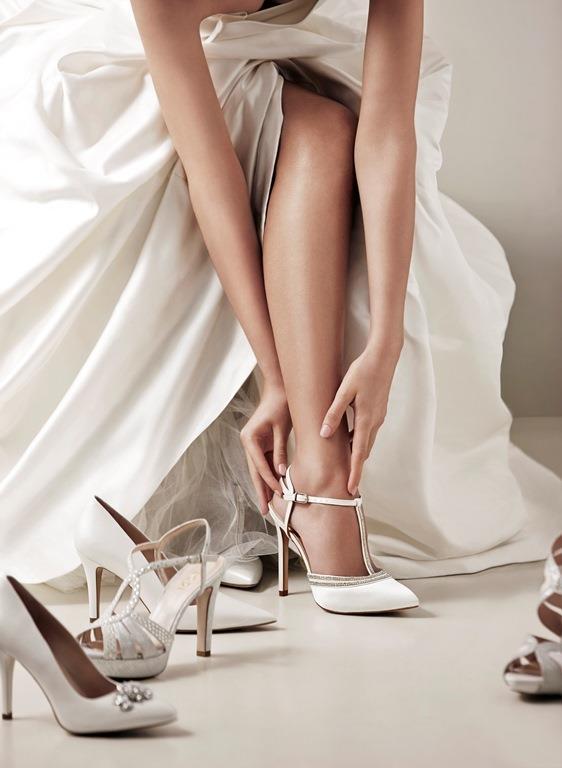 4. Ayakkabıcıda kısıtlı bir zaman içinde beğenip rahat ettiğiniz bir ürünü evde denediğinizde rahat etmeyebilirsiniz. Bu yüzden ayakkabıyı dışarıda giymeden önce evde uzun uzun prova yapın ve rahat hissetmiyorsanız değiştirin ya da iade edin. En mutlu günümüzü bir çift ayakkabı uğrana zehir edemeyiz değil mi?    Transparan Gelinlik Modası İçin Tıklayın!