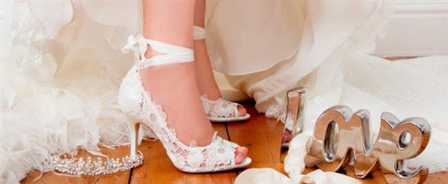 1. Ayakkabı seçiminde en rahat olan modeller saten, dantel, süet ve deri olanlarıdır. İlkbahar gelini olacaksanız süet ayakkabılar ile hem çok tarz hem de rahat olabilirsiniz. Not: Ayakkabınızın daha kibar görünmesi için gizli platform modelleri tercih edebilirsiniz.