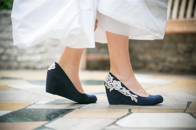 5. Rahat yedek bir ayakkabı olmazsa olmazınız olmalı… Babet olur, sandalet olur, minik topuklu bir ayakkabı olur hiç farketmez. Gelinliğinize uyacak bir çift yedek ayakkabıyı yanınızdan ayırmayın. Böylece salona girişinizi topuklu ayakkabınızla yaptıktan sonra babetlerinizi giyip dans pistine fırlayabilirsiniz.