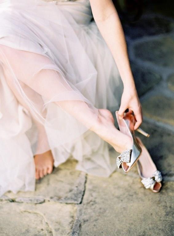 Rugan ayakkabılar esneme payı olmadığından ayağın arka ve yan kısımlarından vurma yapabilir, dikkat edin. Ayağınızı o anda sıkıyorsa sıkıyordur başka bir model deneyin. Ve ön yargılarınızdan kurtulun, gelinlik ayakkabısı illa ki beyaz olmak zorunda değildir.