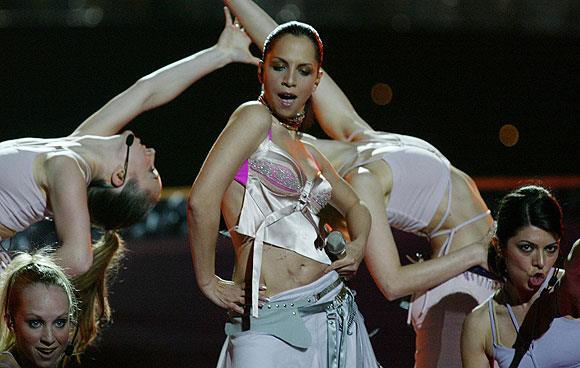 """Sertap Erener  90'lı yılların sonunda ve 2000'li yılların başında muhteşem bir çıkış yakalayıp herkes tarafından sevilen bir şarkıcı, 2003'te Eurovision'u kazanarak çok büyük bir başarı elde etti ve gönüllerimize taht kurdu.  <a href=  http://mahmure.hurriyet.com.tr/foto/magazin/esleri-ve-sevgilileri-sayesinde-unlu-oldular_41806 style=""""color:red; font:bold 11pt arial; text-decoration:none;""""  target=""""_blank""""> Eşleri Ve Sevgilileri Sayesinde Ünlü Oldular"""