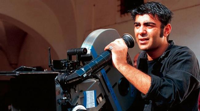 Fatih Akın  Fatih Akın, başrollerinde Meltem Cumbul, Güven Kıraç, Sibel Kekilli ve Birol Ünel'in yer aldığı Duvara Karşı isimli projesiyle 40 yıl sonra Berlin Film Festivali'nde Altın Ayı ödülünü kazanan ikinci Türk yönetmen oldu.