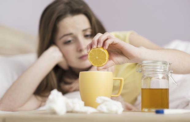Griple savaşmak için önleminizi alın   Mikroplara karşı savaşmak için ihtiyaç duyduğunuz malzemelere sahip olduğunuzdan emin olun. Ağrı kesiciler veya burun tıkanıklığını gidermek için hekiminizin önerdiği ilaçları evinizde bulundurun. Ellerinizi sık sık yıkayın. Odanızın sıcaklığını uygun hale getirin.