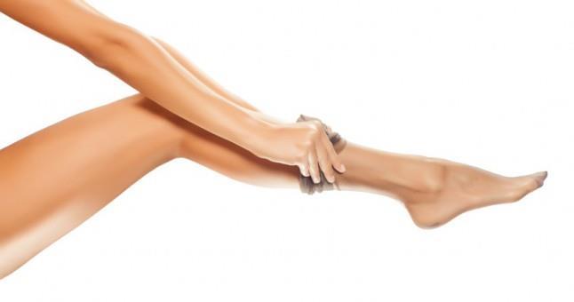 Saçlarınızda naylon çoraplarınızı kullanın    Bu yöntem, yumuşak ve düzgün saçlarla uyanacağınızın garantisidir. Öncelikle saçlarınızı tarayın ve topuz yapın. Sonra da naylon çorabınızı uyku başlığı olarak kullanın ve gereken yerlere tel tokalar takın. Elektriklenme ile aranızdaki savaş, nihayet bitecek!