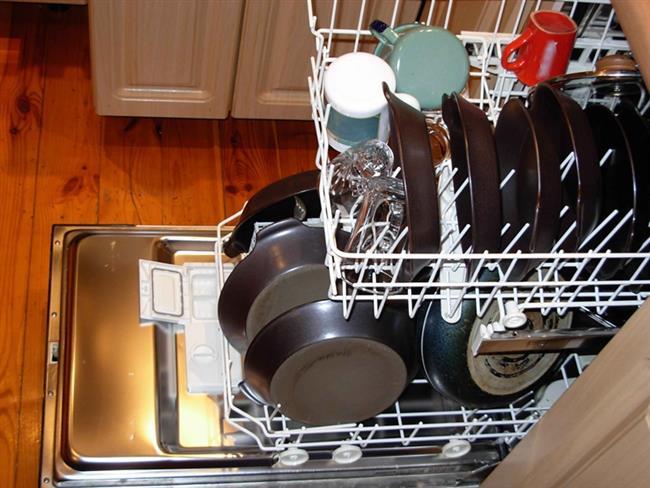 Yapışmaz Tavalar:   Bu tavaların makinede yıkanmaması gerektiği genellikle üretici tarafından belirtilir. Sahip olunan yapışmaz tavanın bulaşık makinesinde yıkanma özelliği olsa bile, yapışmazlık özelliğinin azalmaması için makinede yıkanmaması gerekir.