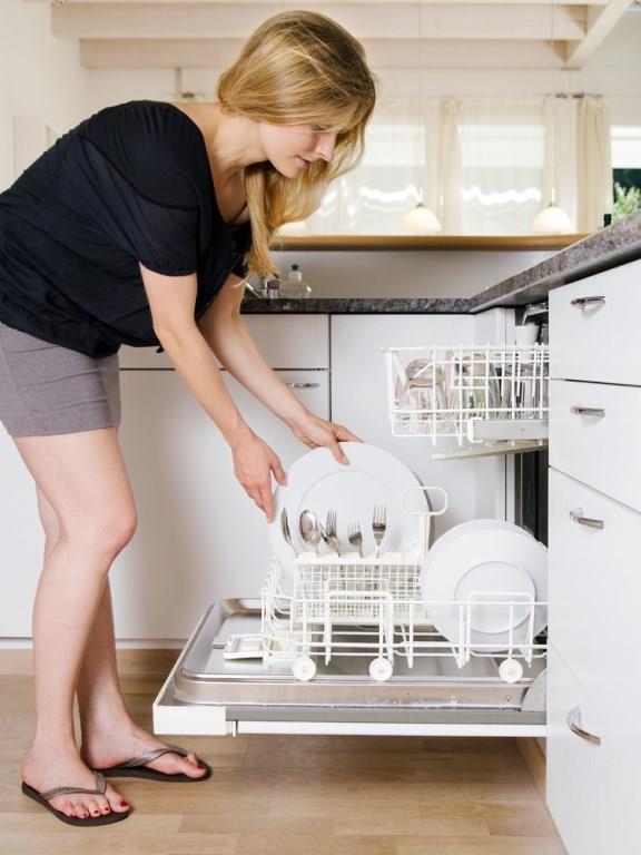 Kristal:   Deterjan ve yüksek sıcaklık kristallerin en büyük düşmanlarındandır. Kristal bulaşıklar makinede yıkandıklarında üzerlerinde çatlaklar ve çizikler oluşabilir.   Hergün Mutlaka Temizlenmesi Gereken Eşyalar İçin Tıklayın!