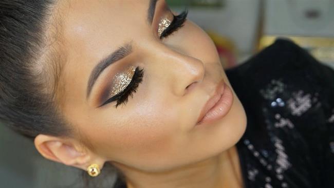 Göz makyajına parlak bir göz kalemi ile daha çekici bir görünüm kazandırabilir veya glitter makyaja çok yakışan eyeliner uygulamasını gerçekleştirebilirsiniz.