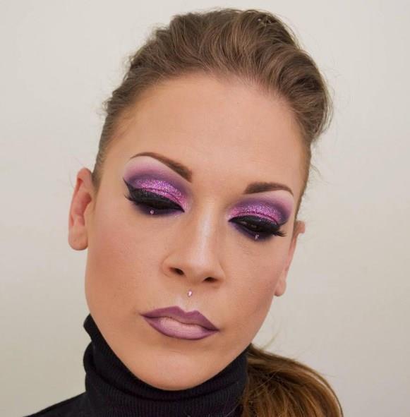Gözlerinize kavisli ve kedi gözü formunda çekeceğiniz eyeliner ile vurgu yapabilir ve koyu renk rimeliniz ile göz makyajınızı tamamlayabilirsiniz.