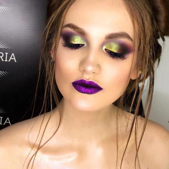 Glitter makyaj gösterişli ve iddialı bir makyaj tekniği olduğu için parti ve festivallerde harika bir seçim olabilir.
