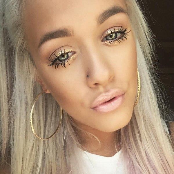 Glitter makyajı için doğal makyaj teknikleri ile yüzünüzdeki rengi sabitlemelisiniz. Doğal tonlarda ve ince yapılı bir fondötenle yüzünüzü aydınlık ve pürüzsüz bir hale getirmelisiniz. Yüzünüze eşit miktarda uyguladığınız fondötenin eşit miktarda yayıldığından emin olun.