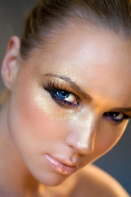 Glitter makyaj diğer adıyla aydınlık ve ışıltılı makyaj, güzellik trendlerinin yeniden maksimalizm havasına girdiğinin güzel bir kanıtı.