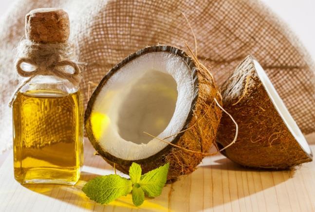 Hindistan cevizi yağı ayrıca son dönemin en popüler güzellik destek ürünleri arasında yer alıyor. Hoş kokusu ile dünya çapında doğal kozmetik ürünü olarak kullanılan Hindistan Cevizi Yağı saç ve cilt başta olmak üzere baştan aşağı güzelleşmeye doğal olarak yardımcı oluyor. Hindistan cevizi yağı yapısında bulunan laurik asit sayesinde saç gövdesine ulaşabildiğini, böylece yıpranmış saç uçlarına bakım yaparak yumuşak ve parlak bir görünüm kazanmasına yardımcı olabiliyor.
