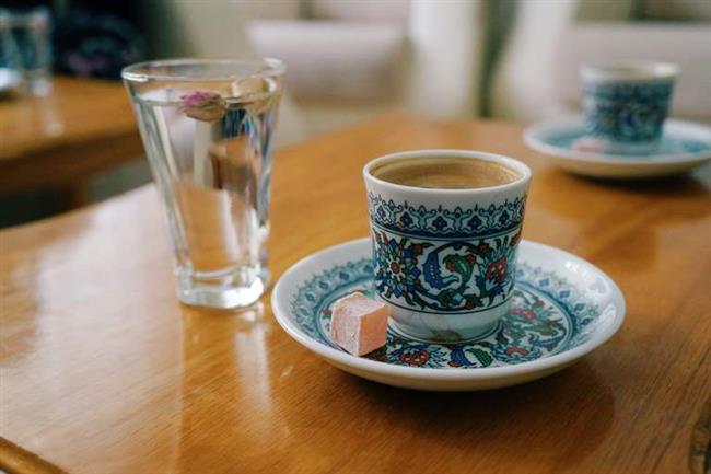 Suyun ne zaman içilmesi gerektiği meselesi  Şimdiki yaygın kanıya göre su kahveden önce içilir, ancak öyle büyük miktarda, bardaklar dolusu olmamalıdır. Şöyle bir ağız içi dolacak kadar kafi. Amaç kahve öncesi kahvenin tadını bozacak bütün tatları ağızdan temizlemektir. Sonra kahve keyifle ağır ağır yudumlanır ve her yudum ağızda bir kaç saniye bekletilerek yutulur.Su  kahveden sonra içilmez çünkü ağızda kalan son tat kahvenin tadı olmalıdır.