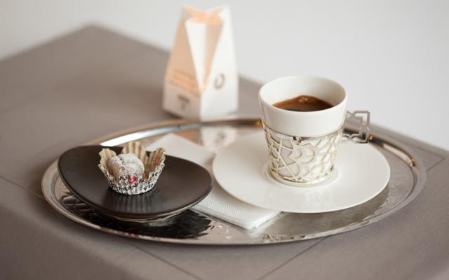 Şeker mevzusu  Seçeneklerimiz bellidir : şekersiz (sade), az şekerli, şekerli. Dünyadaki diğer tüm kahvelerin aksine sonradan şeker ekleyemiyorsunuz çünkü zaten dibe çökmesini beklediğiniz telvenin tekrar kahvemize karışmasını istemeyiz.  Bana göre kahveye şeker katılmasındansa yanında ikram edilen lokum veya çikolata ile ağzı tatlandırıp kahvenin gerçek tadını keşfetmek, deneyimlemek daha önemlidir.